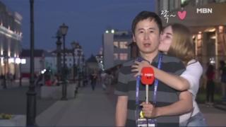 チョン・グァンリョル氏はテレビの生中継中、熱狂したロシア人のサッカーファンにキスされた