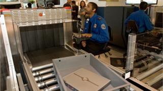 Проверка багажа авиапассажиров