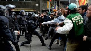 اشتباكات بين الشرطة والمتظاهرين في برشلونة