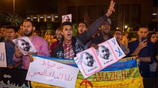 محتجون يحملون صورة ناصر الزفزافي