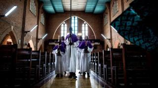 Des clercs à l'église Notre Dame de Kinshasa (illustration).
