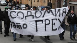 Противники пикета в поддержку прав секс-меньшинств, приуроченного к Всемирному дню толерантности, в Санкт-Петербурге.