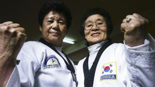 Жительницы Южной Кореи, занимающиеся тхэквондо