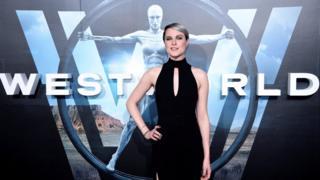 Evan Rachel Wood, protagonista de la serie Westworld con el logo de la serie