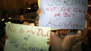 محتجون على الزيارة رفعوا لافتات مناهضة لها