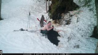 Owen Renner posando para una foto con la osa muerta