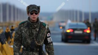 Soldado surcoreano patrulla el Puente de la Unidad, cerca de la zona desmilitarizada entre Corea del Sur y Corea del Norte