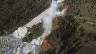 Foto aérea da represa transbordada
