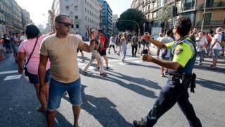 Полиция оттесняет прохожих