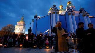 Освячення пасок у Михайлівському золотоверхому монастирі в Києві.
