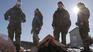 Солдаты-женщины у костра