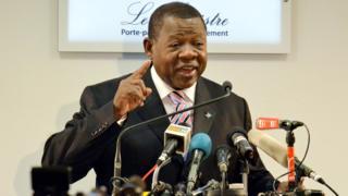 Umushikiranganji wa Kongo ajejwe kumenyesha amakuru, Lambert Mende, ari mu bafatiwe ibihano n'ishirahamwe rya Buraya