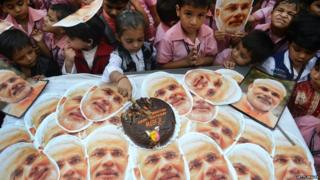 નરેન્દ્ર મોદીના જન્મદિવસ નિમિત્તે કેક કાપી રહેલા બાળકો