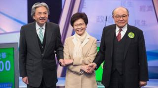 曾俊華(左)、林鄭月娥(中)與胡國興(右)在電視辯論現場(14/3/2017)