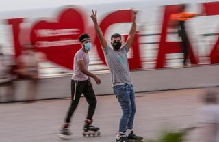 Dos patinadores usando máscaras.