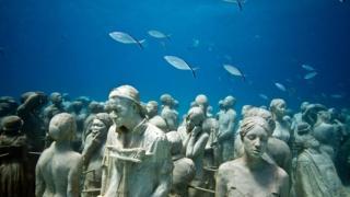 Su altında heykəllər