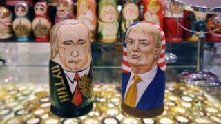 Unas muñecas rusas con la cara de Vladimir Putin y Donald Trump.