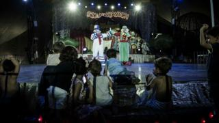 Crianças vão à loucura e se aproximam do palco para interagir com palhaços Patati Patatá
