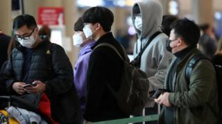 28일 인천국제공항에서 이용객들이 마스크를 쓰고 버스 티켓 구입을 위해 줄 서 있다