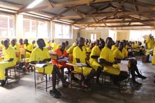 Wafungwa wakisoma katika jela kuu ya Luzira nchini Uganda