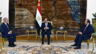 السيسي أثناء استقبال خليفة حفتر في القاهرة