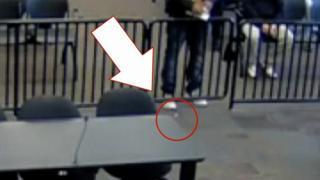 Detalle de una bolsita caída en un juzgado