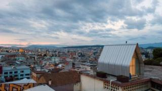 """بنت شركة """"إل سنديكاتو"""" للمعمار بيتا """"طفيليا"""" بمساحة 12 مترا مربعا على سطح بناية بحي سان خوان في كيتو عاصمة الإكوادور"""