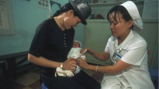 Tiêm chủng tại khoa sơ sinh, bệnh viện Từ Dũ, TP HCM