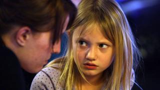 Brittney Nance con su hija Izabella desalojadas en 2009 en West Sacramento, California.