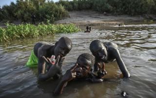 online dating پسران سودان برای تصویری که آنها در آبهای کم عمق رود نیل در تاریخ 1 مه سال 2019 در ناحیه جزیره تاتوی خارطوم
