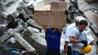 Brigada de rescate tras el terremoto.