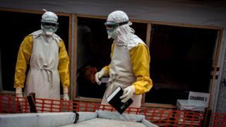 Des agents de santé dans un centre de traitement d'Ebola en RDC