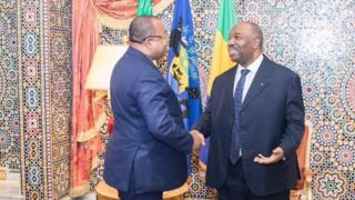 Le président gabonais Ali Bongo serre la main du premier ministre, Julien Nkoghe Bekalé.