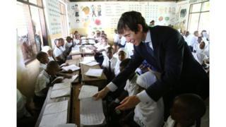 Waziri wa Uingereza Rory Stewart, alipotembelea shule moja nchini Tanzania wakati wa ziara yake