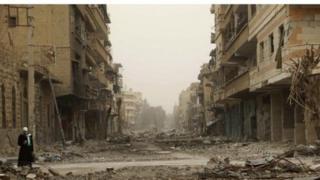دير الزور تعاني من دمار كبير نظرا لكونها واحدة من أهم المدن التي تشهد قتالا عنيفا بين المسحلين من مختلف الفصائل والقوات السورية