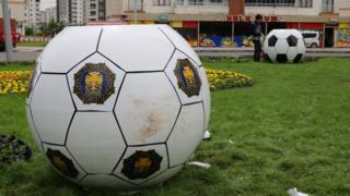 Belediye işçileri, siyah beyaz toplardaki siyah noktaları Beşiktaş renkleri olduğu ve 'Fenerbahçe'ye ayıp olur' gerekçesiyle belediye logolarıyla kapattı.