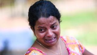 శ్రీలంక పేలుళ్లలో తమవారిని కోల్పోయి రోదిస్తున్న మహిళ