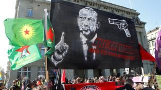 Bern'de gösteri Erdoğan pankartı