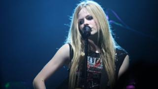 American singer Avril Lavigne dey sing on top stage