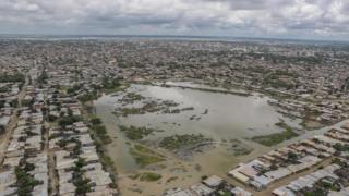Vista aérea de Sullana, cidade na região peruana de Piura, inundada