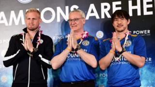 バンコクの空港でタイ式のあいさつをするレスターのラニエリ監督(写真中央)や岡崎慎司選手(同右、18日)