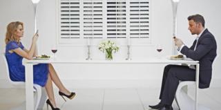 Жінка і чоловік зі смартфонами