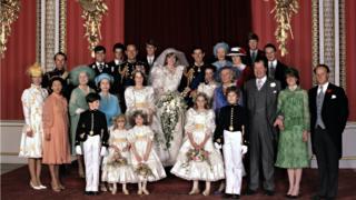1981年7月29日,查尔斯王储和戴安娜王妃(中)在白金汉宫与一众王室成员合影。
