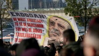 """پلاکاردی که امروز تظاهرات کنندگان مخالف دولت ترکیه در آلمان به دست داشتند و روی آن نوشته شده بود: """"تو (اردوغان) قضاوت خواهی شد"""""""