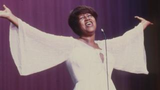 Franklin Aretha, que morreu nesta quinta-feira, cantando na década de 1970