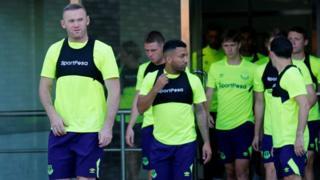 Wachezahi wa Everton wakiongozwa na Wayne Rooney Kushoto