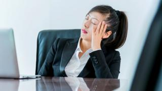 Žena drema na sastanku