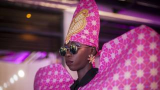 Un mannequin portant un motif rose coloré de la marque de mode Liputa Swagga pendant la Semaine de la mode de Dakar à Dakar, Sénégal.