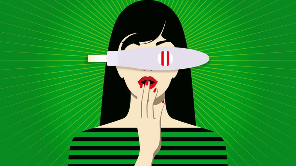 Ilustração de mulher com exame de gravidez dando positivo