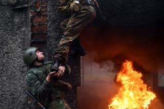 """Belarus Interior Ministry troops soldiers take part in the qualifying examinations for the """"Madder Beret"""" headdress in the village of Volovshchina, some 30 km west of Minsk, on 23 October, 2018"""